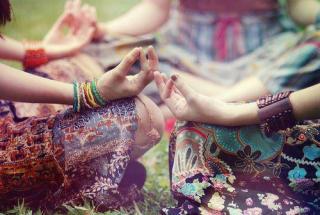 circulo-de-mujeres-meditando